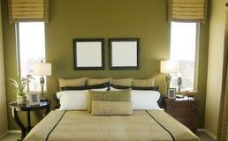 Helles modernes sauberes grünes Schlafzimmer Stockbild