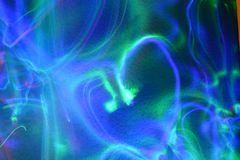 Helles Muster der Liebe und des Herzens mit allen Farben des Regenbogens auf dem Hintergrund der Entlastungswand Stockfotografie