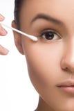 Helles Nahaufnahmeporträtbild der Schönheit mit der Baumwollknospe Badekurortkonzept auf Weiß Stockbilder