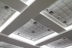 Helles Neon von der Decke des Geschäftsbürogebäudes Stockbild