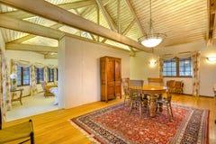 Helles, offenes und warmes Esszimmer mit gewölbten Decken und slee Lizenzfreies Stockbild
