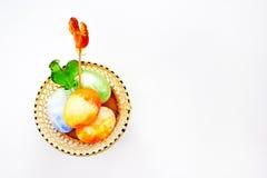 Helles Ostern mit Eiern und Lutschern des jungen Hahns Lizenzfreies Stockbild
