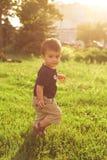Helles Porträt des Kindes im Park stockfotos
