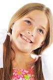 Helles Portrait des kleinen Mädchens mit weißen Bögen Stockfotografie