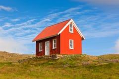 Helles rotes Abstellgleis-Haus in Island stockbilder
