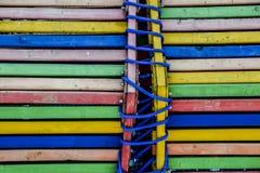 Helles Seil blaues y der mehrfarbigen hölzernen Hintergrund-Zusammenfassung der Bretter lizenzfreie stockfotografie