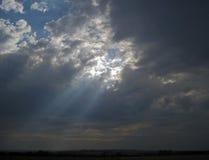 Helles Strömen durch Wolken lizenzfreie stockfotografie