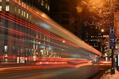 Helles Streifen vom Stadtbus in Chicago Stockfotos