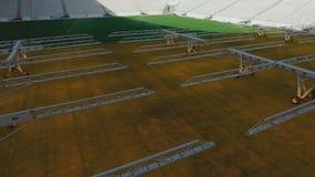 Helles System für wachsende Rasen an einem leeren Fußballplatz stock footage