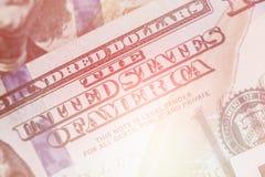 Helles Tonmakro nah oben von Ben Franklin-` s Gesicht auf dem hellen Tonen des Dollarscheins US 100 Stockbilder