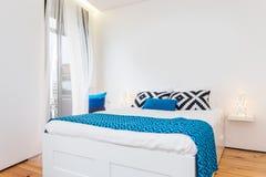 Helles und frisches Schlafzimmer Lizenzfreie Stockbilder