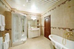 Helles und sauberes Badezimmer mit Bad- und Duschkabine Lizenzfreies Stockfoto