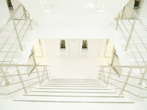 Helles und sauberes Treppenhaus Stockfotos