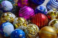 Helles Weihnachten farbige Bälle Stockfotos