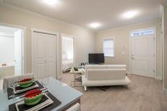 Helles Wohnzimmer mit einem Abendtische Stockbilder
