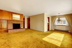 Helles Wohnzimmer mit einem Kamin Stockbild
