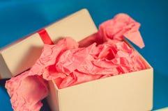 Hellfarbiger Kasten mit rosa vorliegendem Papier Stockfotografie