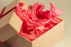 Hellfarbiger Kasten mit rosa vorliegendem Papier Stockfotos