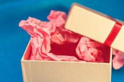 Hellfarbiger Kasten mit rosa vorliegendem Papier Lizenzfreies Stockfoto