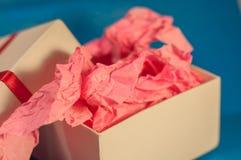 Hellfarbiger Kasten mit rosa vorliegendem Papier Lizenzfreies Stockbild