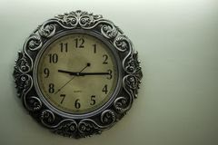 Hellgelbe Rückseite alter Designer-Wall Clock Withs rieb das Zeigen von Zeit09:15uhr und von freiem spac auf rechter Seite stockfoto