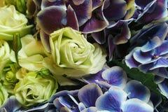 Hellgelbe Rosen- und Violet Orchids-Blume Stockfoto