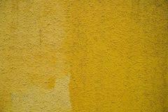 Hellgelber Hintergrund der Betonmauer für Designer Stockfoto