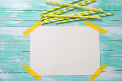 Hellgrüne und gelbe Papierstrohe und Empty tag für Text Stockfoto