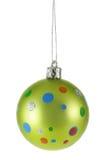 Hellgrüne Weihnachtskugel mit buntem Punkt Stockfotos