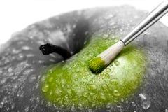 Hellgrüner Apfel auf Weiß Lizenzfreie Stockfotografie