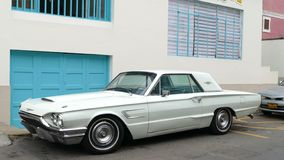 Hellgrüner Ford Thunderbird im La Punta, Callao lizenzfreies stockfoto