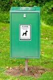 Hellgrüner Hundeverwirrungpoop-Stauraum mit Kennsatz Stockfotografie