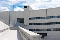 Hellgraue Gebäudefassade Stockfoto