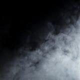 Hellgrauer Rauch auf einem schwarzen Hintergrund Stockfotografie