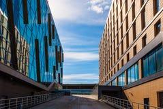 Helling tussen twee moderne gebouwen Stock Foto's