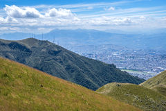 Helling van de Pichincha-berg met Quito op de achtergrond Stock Fotografie