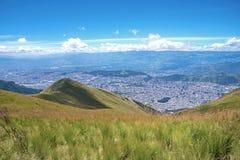 Helling van de Pichincha-berg met Quito op de achtergrond Stock Afbeeldingen