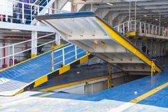 Helling voor auto's op de veerboot stock foto