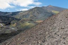 Hellingen van Onderstel Etna met as en stenen, Sicilië, Italië worden behandeld dat royalty-vrije stock afbeeldingen