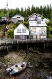 Hellingshuizen op banken van rivier ay Ketchikan Stock Afbeelding
