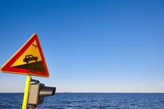 Hellingsverkeerslicht op een schip Voorzichtigheids waakzame nieuwsgierigheid warnin Stock Fotografie