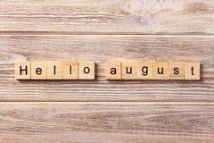 Hello august ord som är skriftligt på träsnittet august text för hälsningar på tabellen, begrepp Royaltyfria Foton
