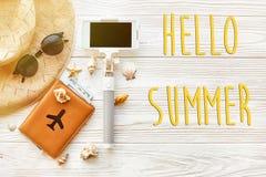 Hello-de de zomertekst, het conceptenvlakte van de reisvakantie legt, ruimte voor t Stock Afbeeldingen