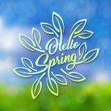 Hello-de Lente De blauwgroene gestileerde inschrijving verfraaide met gebladerte tegen de hemel met een bokeheffect De lentemalpl Stock Foto