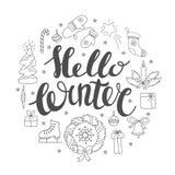 Hello-de winter het handlettering met Kerstmiselementen Wintertijdkaart, het begroeten Stock Afbeeldingen
