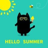 Hello-de zomer Het zwarte Roomijs van de kattenholding Gele zon die, zonnebril glanzen Bijeninsect Leuk beeldverhaalkarakter De k stock illustratie