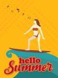 Hello-de zomer, Vrouw met Surfplank en muziek, Oranje toonontwerp Stock Fotografie