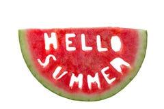 Hello-de zomerconcept - brieven van watermeloen worden gesneden die Stock Afbeelding