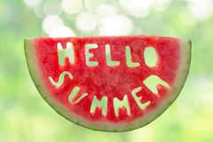 Hello-de zomerconcept - brieven van watermeloen worden gesneden die Royalty-vrije Stock Fotografie
