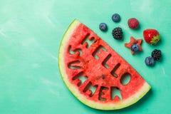 Hello-de zomerconcept - brieven van watermeloen worden gesneden die Stock Afbeeldingen